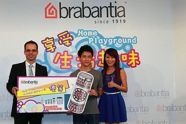 蘇郁翔獲得Brabantia設計競賽優等獎,由荷蘭銷售經理Danny與李佩甄頒獎