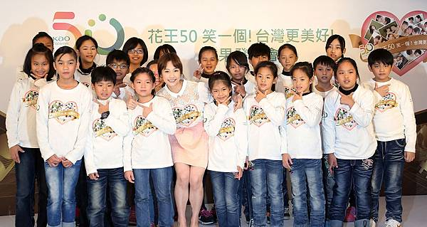 簡嫚書與小朋友合唱