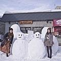 來到雪國一定要跟可愛的雪人一同合照.jpg