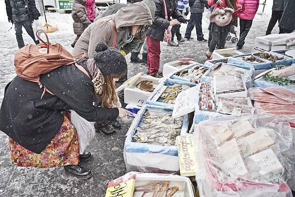 函館朝市的漁貨琳瑯滿目,有很多店家可以現場料理.jpg