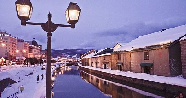 街燈閃爍,傳統瓦斯燈點綴著小樽運河的夜色.jpg