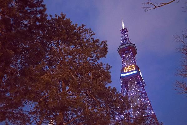 電視塔上有著白色燈節的裝飾,宛如星光點點.jpg