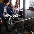 搭乘暖爐列車一定要體驗吃現烤魷魚乾跟青森地酒.jpg
