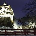 夜晚點燈的弘前城搭配著雪景也別有浪漫風情.jpg