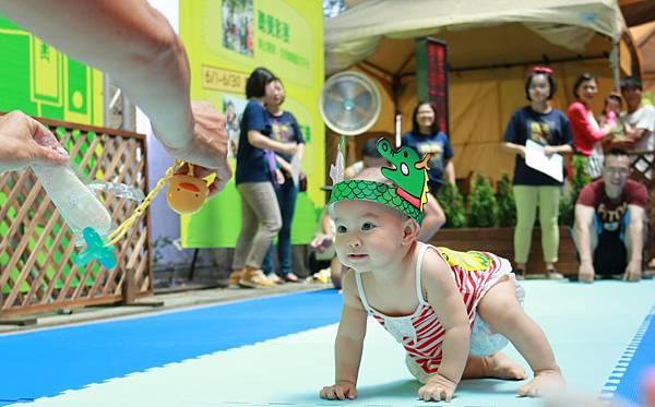 傳藝中心龍舟爬行大賽,家長紛紛高舉寶寶最喜愛的餅乾奶嘴來吸引小小選手前進