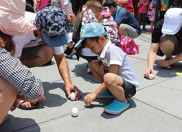許多家長趁著端午連假,帶著小孩來傳藝中心體驗古早味立蛋