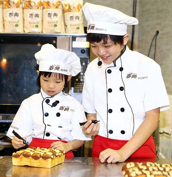 2位萌童星齊畫小猴各種表情,直呼做麵包好好玩!