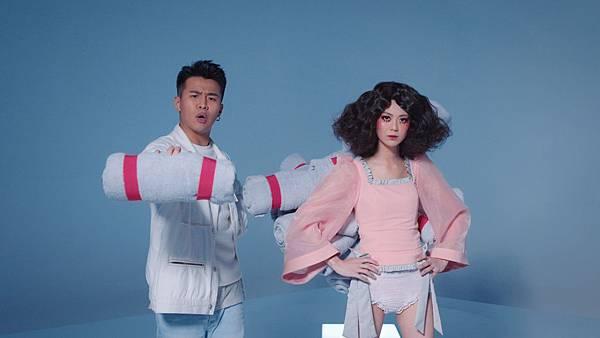 饒舌金童屁孩Ryan近日與人氣網紅白癡公主合作音樂MV, 兩人首度合作讓人害羞的生理期量大話題, 自然合拍的演出獲得好評