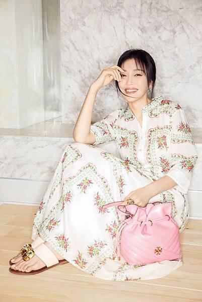 秦嵐穿著英式花園印花襯衫式長洋裝 NTD16,900, 搭配蜜桃粉Kira水桶包NTD18,900(新光三越南西專門店獨賣款)