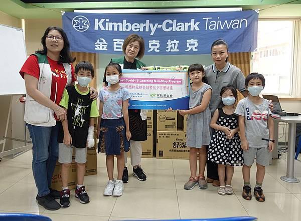 金百利克拉克台灣分公司總裁閔慧琳拜訪新北市家扶中心課輔班, 捐助推動弱勢兒少安學計畫, 協助弱勢孩子不受疫情影響, 持續學習-1