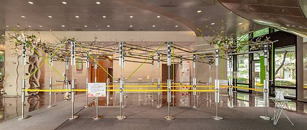 圖3  金控一樓防疫通道化身為藝術的廊道2