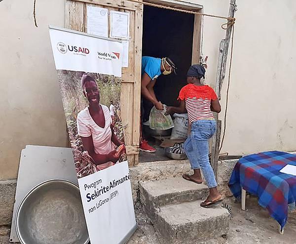 圖一海地 世界展望會在海地積極的建立新冠肺炎防護網,提供防疫健康包-2(台灣世界展望會提供)
