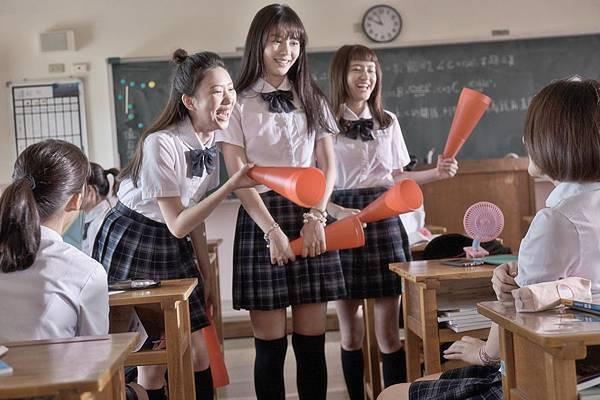 03-哈囉少女(双喜電影)中-陳怡叡在新片中極力爭取同學喜愛