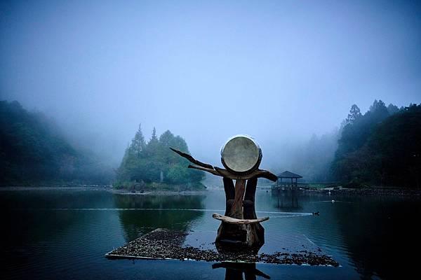圖說-優人神鼓經典劇目聽海之心搬上海拔一千多公尺的明池湖震撼演出