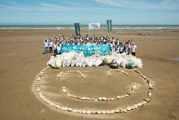 1.在大家協力清除沙灘上的垃圾後,進行國際淨灘行動(ICC),統計當天的淨灘成果總共218公斤、127袋、撿到最多的海廢第一名是保特瓶520個。
