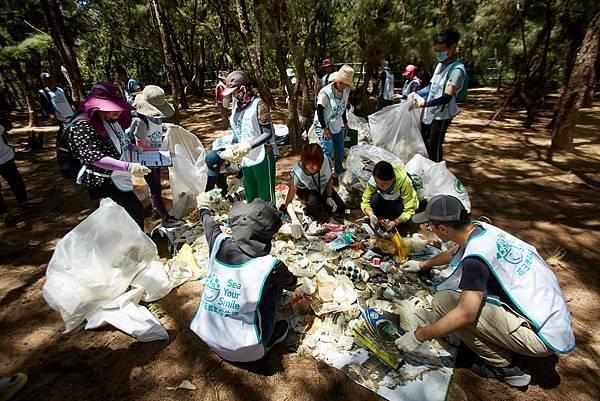 2.在大家協力清除沙灘上的垃圾後,進行國際淨灘行動(ICC),統計當天的淨灘成果總共218公斤、127袋、撿到最多的海廢第一名是保特瓶520個。