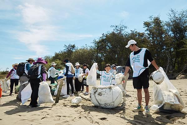過程中發現新月沙灣海岸線上除了有遊客製造的垃圾,也有不少廢棄漁業用網和大型廢棄物。
