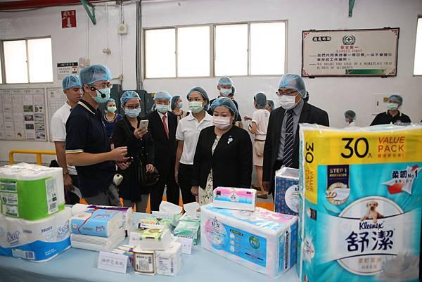 半世紀來已生產68億包抽取式衛生紙, 足足可繞台灣1133圈的舒潔歡慶50周年,難得開放生產線讓外界一窺衛生紙第一品牌的生產流程