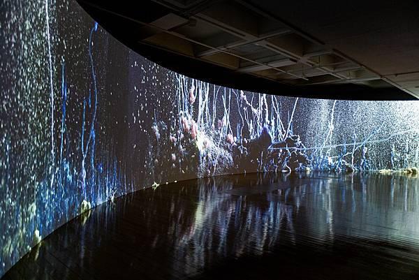 1222【PChome 24h購物 新聞稿 附件】伊山.貝哈達,《預兆》,2020,錄像裝置,10分11秒。圖像由藝術家及臺北市立美術館提供。