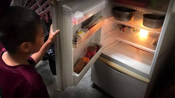 20210118冰箱只剩清湯與罐頭 國小男童盼過年吃熱飯菜 新聞照圖一