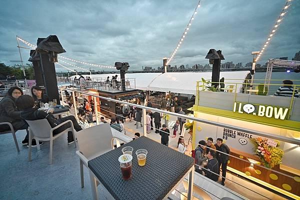 圖說:貨櫃市集二樓備有座位區,可在享用美食同時觀賞淡水河美景