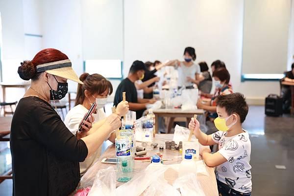 藝術家羅懿君帶領民眾以在地意象媒材創作健身器材