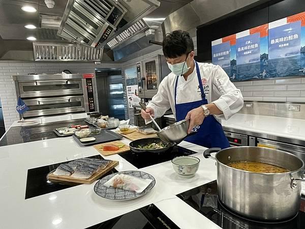 【挪威海產推廣協會新聞圖片】亞太十大名廚李哲松現場示範挪威鮭魚及鯖魚創新料理