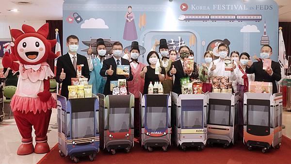 韓流魅力盡在遠百全台開展,由左二台中大遠百店長藍卓成協理及右三遠東百貨超市餐飲部