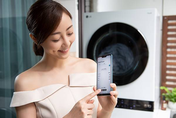 07_LG WashTower™ AI智控洗乾衣機連結LG ThinQ™ App下載雲端洗衣機及乾衣機各19種精細行程,隨時遠端控制及韌體升級,讓機器能夠與時俱進並實現居家物聯網,消費者可不受距離限制,