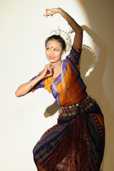 夏卡緹融合印度舞蹈團團長黃美瑜,表演正統古典印度奧迪西舞。.jpg