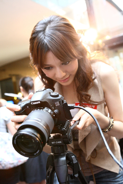 圖說四 Canon EOS 60D 支援 EOS Movie高畫質Full HD(1920x1080)短片拍攝功能,無論是低光源、低雜訊高感光影片或景深等各種特殊影像效果表現,皆可充分掌握,讓使用者輕鬆拍出絕佳影片!.JPG