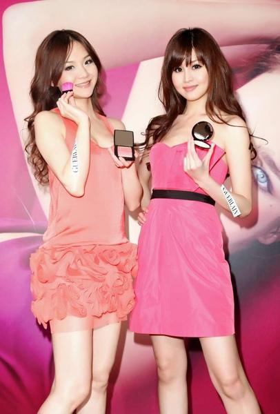 名模花花(左)與林葦茹分享嬌蘭2011「驕傲粉紅」春妝-1_調整大小.jpg