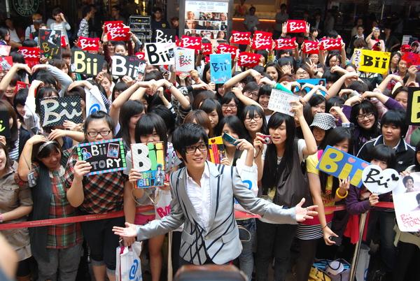 Bii簽唱會與歌迷合照.jpg