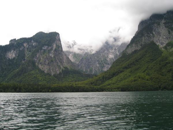被高山環繞的湖泊