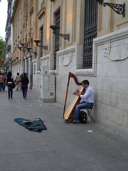 很喜歡的一位街頭藝人,他會用豎琴彈Can't take my eyes off you
