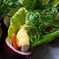 鮮蔬沙拉百香盅,淋上芒果起士醬!