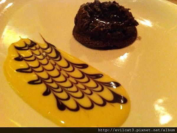 熔漿巧克力蛋糕佐香草蛋黃醬