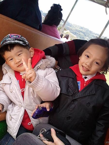 超可愛的兩個小孩 他們是小小情侶檔唷