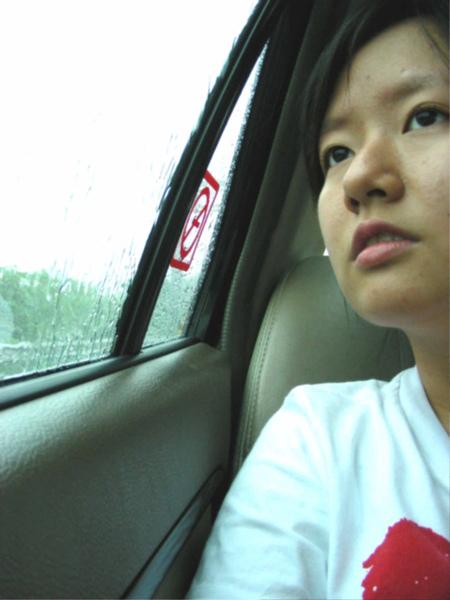 去的途中窗外還下著雨= =