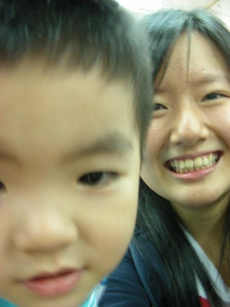 但是他卻很愛自拍= = 整個很妙的小孩.....=.=