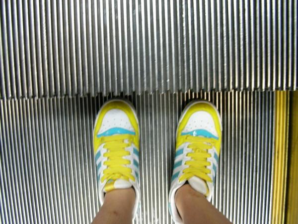 正坐著電扶梯上去