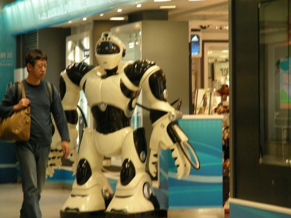 我在那個平行電扶梯上面拍 這機器人 讓我想拍他