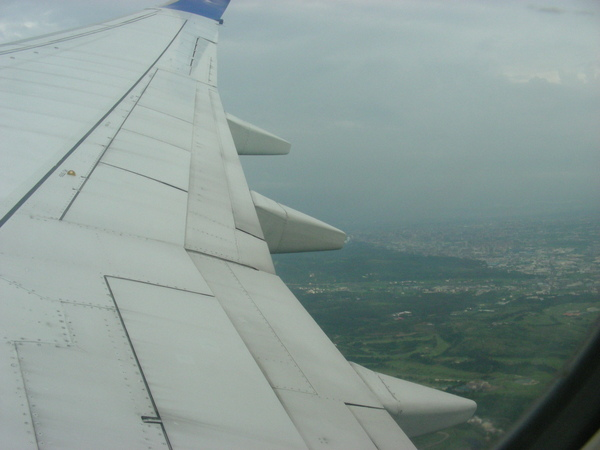 我第一次坐飛機 但很衰的坐到機翼= =