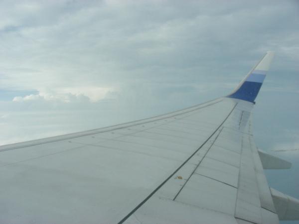 我一直欣賞到機翼= = 看不到窗外風景...=..=
