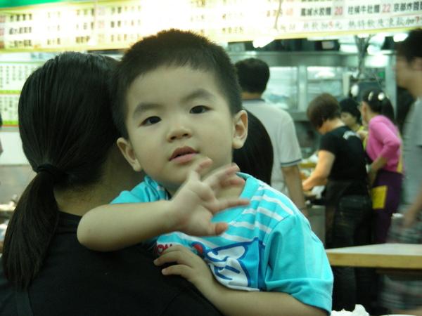 一直跟我揮手的小孩