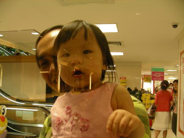 很可愛的小妹妹 他隔著玻璃看我~XDDD