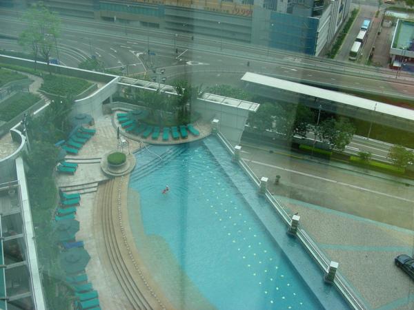 還有游泳池可以游