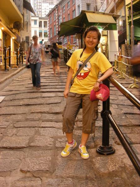 B說香港很少石頭路 所以香港人都喜歡走這 還跟我拿相機 說要幫我拍照