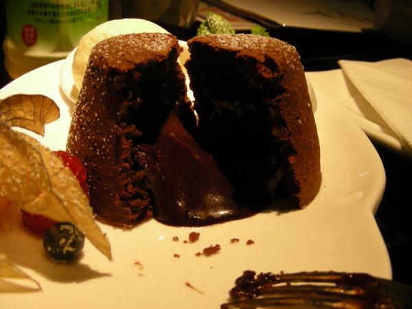 H其實不能吃這個 但我一直誘惑他 他還是吃了~XDDD 有巧克力流出來