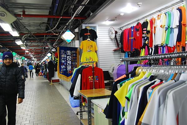 乙支路地下街 裡面有非常多的運動服 老吳在這麼買了一件韓職的衣服
